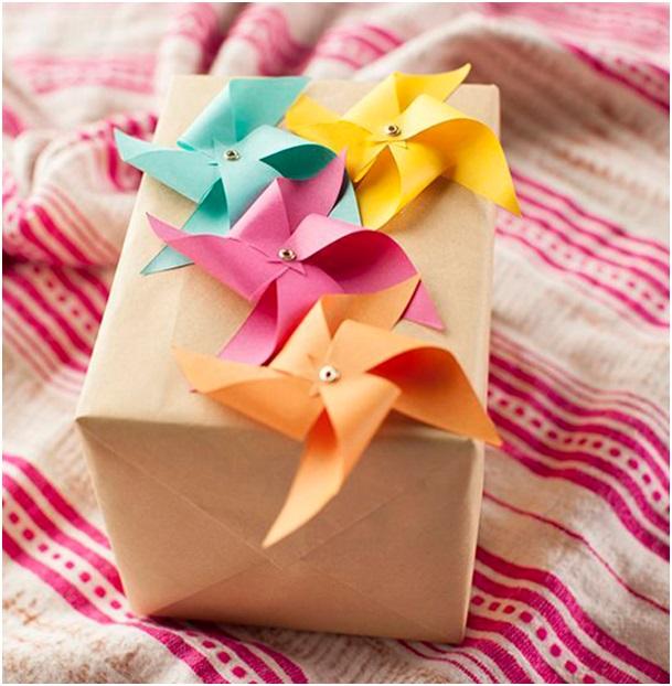 Rüzgârgülleriyle dolu hediye paketi